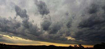 Puesta del sol tempestuosa fotografía de archivo libre de regalías
