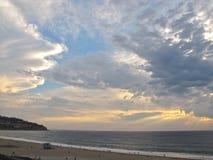 Puesta del sol tempestuosa en Torrance Beach en California meridional Foto de archivo