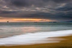 Puesta del sol tempestuosa sobre el océano imagen de archivo libre de regalías