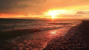 Puesta del sol tempestuosa sobre un lago de la montaña Kirguistán, lago hijo-Kul metrajes