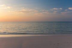 Puesta del sol temprana hermosa sobre el mar tranquilo Fotos de archivo libres de regalías