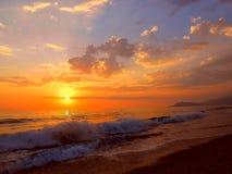 Puesta del sol, tiempo del otoño en la playa Fotos de archivo libres de regalías