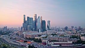 Puesta del sol Timelapse de la ciudad del negocio en Moscú, supuesto el centro de negocios internacional de Moscú Tiro panorámico almacen de metraje de vídeo