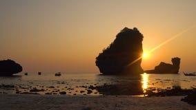 Puesta del sol Timelapse sobre las rocas en el mar en Tailandia, isla de la Phi-phi, laguna de la bahía de Nui almacen de metraje de vídeo