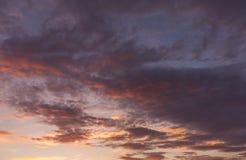 Puesta del sol tirada de un cielo colorido interesante Imagen de archivo libre de regalías
