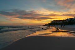 Puesta del sol del tono naranja en la playa azul de la montaña Foto de archivo libre de regalías