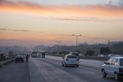 Puesta del sol del tráfico de la carretera en Islamabad Foto de archivo libre de regalías