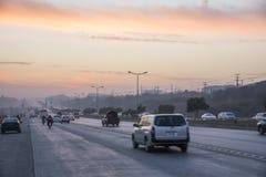 Puesta del sol del tráfico de la carretera en Islamabad Fotos de archivo libres de regalías