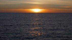 Puesta del sol tranquila caliente sobre el mar Mediterráneo, luz de oro sobre el agua metrajes