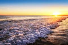 Puesta del sol tranquila en la playa Foto de archivo libre de regalías