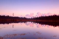Puesta del sol tranquila sobre el lago en Dwingelderveld foto de archivo
