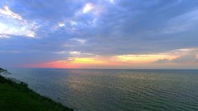 Puesta del sol tranquila sobre el mar Báltico en verano metrajes