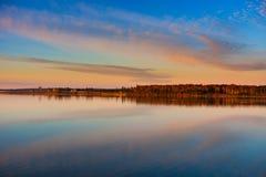 Puesta del sol a través de la bahía Fotografía de archivo libre de regalías