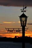 Puesta del sol a través de la muestra de la lámpara Foto de archivo libre de regalías