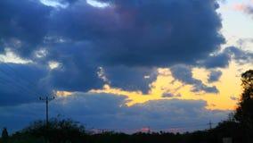 Puesta del sol a través de las nubes almacen de metraje de vídeo