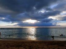 Puesta del sol a través de las nubes y reflejo en el Océano Pacífico Foto de archivo libre de regalías