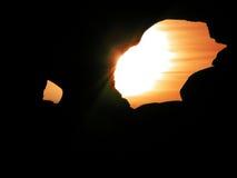 Puesta del sol a través de un agujero fotos de archivo libres de regalías