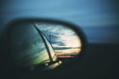 Puesta del sol a través de un espejo lateral fotos de archivo