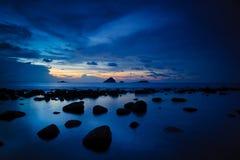 Puesta del sol tropical azul Fotos de archivo libres de regalías
