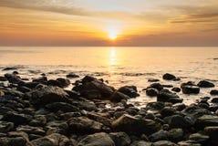 Puesta del sol tropical colorida en el mar Foto de archivo