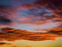 Puesta del sol tropical con las nubes hermosas en anaranjado y el cielo crepuscular Fotografía de archivo