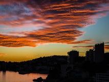Puesta del sol tropical con paisaje marino hermoso y el cielo crepuscular Imagen de archivo libre de regalías