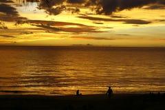 Puesta del sol tropical de oro   Imagen de archivo