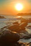Puesta del sol tropical del mar en la playa de piedra Imagen de archivo libre de regalías