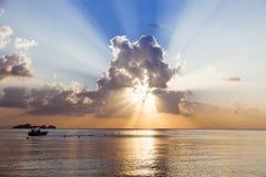 Puesta del sol tropical del paisaje sobre la costa de Koh Samui foto de archivo libre de regalías
