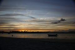 Puesta del sol tropical en el mar Fotos de archivo libres de regalías