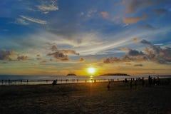 Puesta del sol tropical en la bahía de Kota Kinabalu Foto de archivo