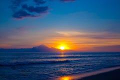 Puesta del sol tropical en la playa Fotos de archivo libres de regalías