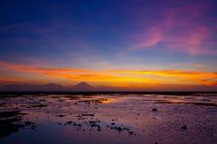 Puesta del sol tropical en la playa Fotografía de archivo libre de regalías