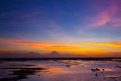 Puesta del sol tropical en la playa Fotografía de archivo