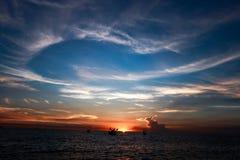 Puesta del sol tropical en la playa tailandia Fotos de archivo