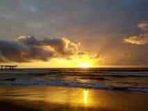 Puesta del sol tropical hermosa al lado del embarcadero Imagen de archivo