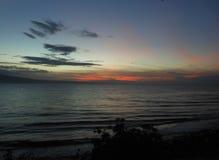 Puesta del sol tropical hermosa en el estrecho de Tanon Imagenes de archivo