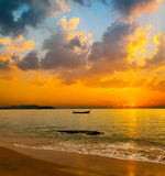 Puesta del sol tropical hermosa sobre el mar fotografía de archivo libre de regalías