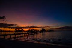 Puesta del sol tropical maravillosa, embarcadero, palmera, Maldivas Foto de archivo libre de regalías