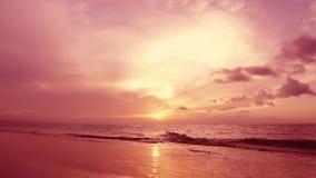 Puesta del sol tropical roja sobre el mar Ondas y cielo de Océano Atlántico almacen de video