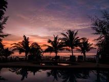 Puesta del sol tropical sobre piscina y el océano fotografía de archivo libre de regalías