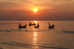 Puesta del sol tropical tranquila en los barcos del fondo Foto de archivo