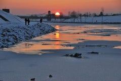 Puesta del sol un lado del río Fotos de archivo