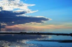 Puesta del sol del verano en el mar Báltico fotografía de archivo