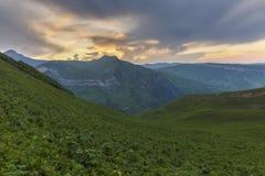Puesta del sol del verano en las montañas de Azerbaijan Imágenes de archivo libres de regalías