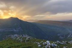Puesta del sol del verano en las montañas de Azerbaijan Fotos de archivo