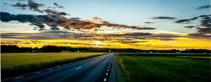 Puesta del sol del verano en Suecia media en junio imagen de archivo libre de regalías