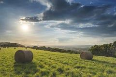 Puesta del sol vibrante del verano hermoso sobre el paisaje del campo del fi Foto de archivo