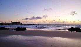 Puesta del sol violeta sobre Océano Atlántico foto de archivo