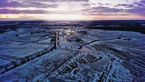 Puesta del sol violeta sobre una ciudad con un horizonte Fotos de archivo libres de regalías
